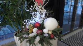 Decoración de la Navidad en alameda de compras almacen de metraje de vídeo