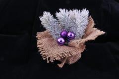 Decoración de la Navidad en la arpillera y con la lila pocas bolas de la Navidad fotos de archivo