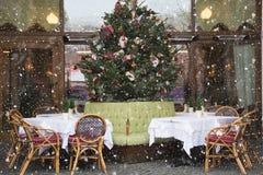 Decoración de la Navidad en café o restaurante outdoor fotos de archivo libres de regalías