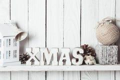 Decoración de la Navidad en el estante fotografía de archivo libre de regalías