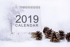 Decoración de la Navidad en el fondo blanco Calendario del papel de la tabla del año 2019 fotos de archivo libres de regalías