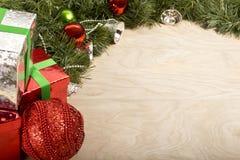 Decoración de la Navidad en el fondo de madera Foto de archivo libre de regalías