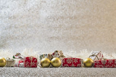 Decoración de la Navidad en el fondo de plata del brillo Fotos de archivo libres de regalías
