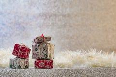 Decoración de la Navidad en el fondo de plata del brillo Foto de archivo libre de regalías