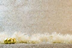 Decoración de la Navidad en el fondo de plata del brillo Imagen de archivo