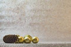 Decoración de la Navidad en el fondo de plata del brillo Fotos de archivo