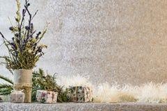 Decoración de la Navidad en el fondo de plata del brillo Imagen de archivo libre de regalías