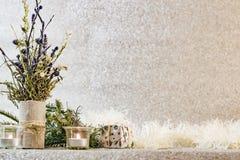 Decoración de la Navidad en el fondo de plata del brillo Foto de archivo