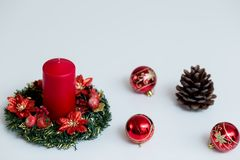 Decoración de la Navidad en el fondo del color imagenes de archivo