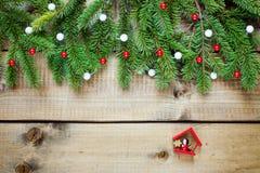 Decoración de la Navidad en el fondo de madera fotografía de archivo