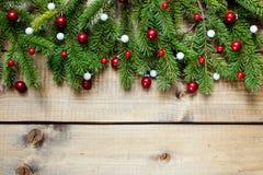 Decoración de la Navidad en el fondo de madera imagenes de archivo