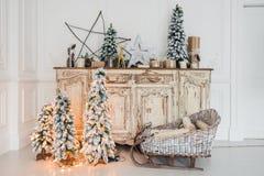 Decoración de la Navidad en el pecho viejo de la cómoda del vintage antiguo de cajones Regalos hechos a mano del arte, candels y  Foto de archivo