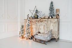 Decoración de la Navidad en el pecho viejo de la cómoda del vintage antiguo de cajones Regalos hechos a mano del arte, candels y  Foto de archivo libre de regalías