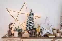 Decoración de la Navidad en el pecho viejo de la cómoda del vintage antiguo de cajones Regalos hechos a mano del arte, candels y  Fotografía de archivo