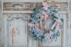 Decoración de la Navidad en el pecho viejo de la cómoda del vintage antiguo de cajones Imagenes de archivo