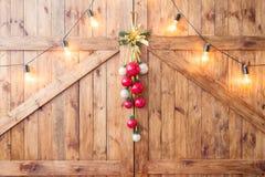 Decoración de la Navidad en el tablero de madera del viejo grunge luces calientes de la guirnalda del oro foto de archivo
