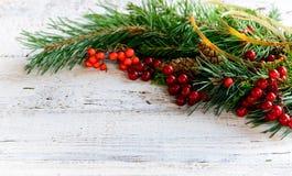 Decoración de la Navidad en el viejo tablero de madera blanco Foto de archivo libre de regalías