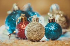 Decoración de la Navidad en fondo caliente foto de archivo