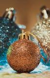 Decoración de la Navidad en fondo caliente fotos de archivo
