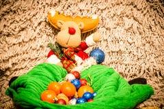 Decoración de la Navidad en fondo caliente imagen de archivo