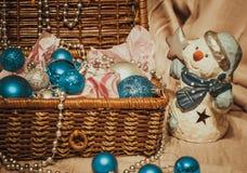 Decoración de la Navidad en fondo caliente con el muñeco de nieve Imagen de archivo libre de regalías