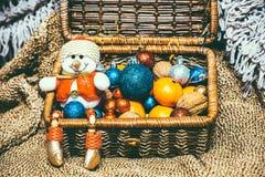 Decoración de la Navidad en fondo caliente con el muñeco de nieve fotos de archivo