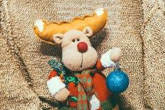 Decoración de la Navidad en fondo caliente con los ciervos de la Navidad imagenes de archivo
