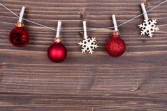 Decoración de la Navidad en fondo de madera Fotos de archivo