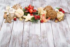 Decoración de la Navidad en fondo de madera Concepto de las vacaciones de invierno Año Nuevo del gallo Fotos de archivo libres de regalías
