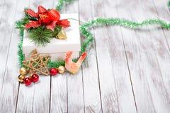 Decoración de la Navidad en fondo de madera Concepto de las vacaciones de invierno Año Nuevo del gallo Imágenes de archivo libres de regalías