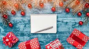 Decoración de la Navidad en fondo de madera azul Letra del concepto para Santa Claus, la visión superior y el espacio para el tex foto de archivo