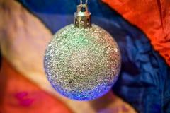 Decoración de la Navidad en fondo multicolor fotografía de archivo