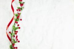 Decoración de la Navidad en fondo nevoso Fotos de archivo