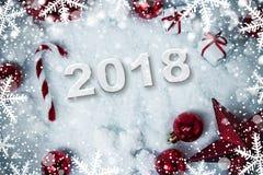 Decoración de la Navidad en fondo de la nieve con 2018 Fotos de archivo