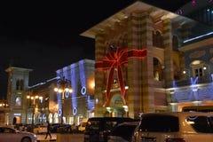 Decoración de la Navidad en la alameda de Mercato en Dubai imagen de archivo