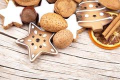 Decoración de la Navidad en la mitad de la madera vieja Fotografía de archivo libre de regalías