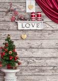 Decoración de la Navidad en la pared blanca de madera imagen de archivo