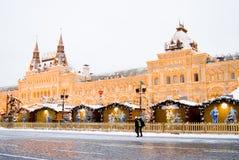 Decoración de la Navidad en la Plaza Roja en Moscú Edificio de la GOMA Foto de archivo