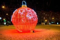 Decoración de la Navidad en las calles de la ciudad en invierno imágenes de archivo libres de regalías