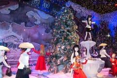 Decoración de la Navidad en las ventanas del almacén grande de Printemps Fotografía de archivo libre de regalías