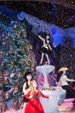 Decoración de la Navidad en las ventanas del almacén grande de Printemps Fotografía de archivo