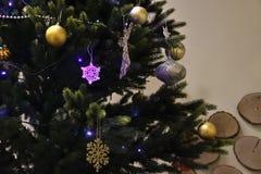 Decoración de la Navidad en los árboles y la tabla Fotografía de archivo