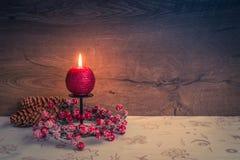 Decoración de la Navidad en la tabla con la quema de la vela roja fotografía de archivo