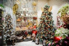 Decoración de la Navidad en la tienda el víspera de los días de fiesta del ` s del Año Nuevo Foto de archivo