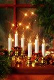 Decoración de la Navidad en travesaño de la ventana Fotografía de archivo
