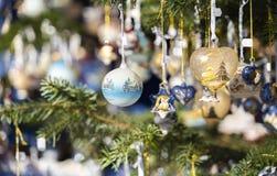 Decoración de la Navidad en un árbol de navidad fotografía de archivo libre de regalías