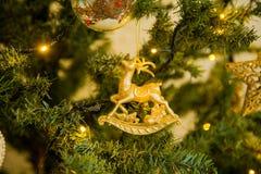 Decoración de la Navidad en un árbol de navidad Juguetes del ` s del Año Nuevo Bueno Fotografía de archivo