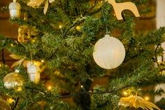 Decoración de la Navidad en un árbol de navidad Juguetes del ` s del Año Nuevo Bueno Fotos de archivo libres de regalías