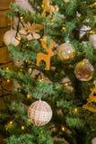 Decoración de la Navidad en un árbol de navidad Juguetes del ` s del Año Nuevo Bueno Imagenes de archivo