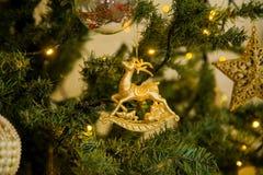 Decoración de la Navidad en un árbol de navidad Juguetes del ` s del Año Nuevo Bueno Fotos de archivo